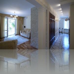 налево гостиная, направо коридор в столовую