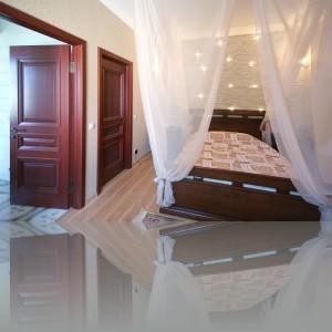 спальня; закрытая дверь ведет в гардеробную