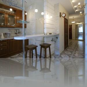 коридор из прихожей ведет в кухню-столовую