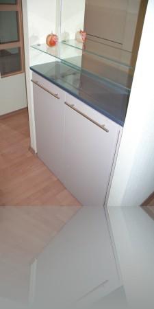 Шкафчик в прихожей и направо попадаем в комнату