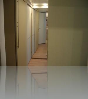 Прихожая и зеркало во весь рост на двери