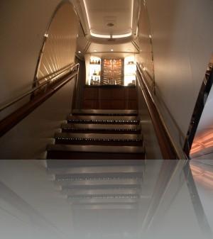 Лестница на верхнюю палубу и там бар!