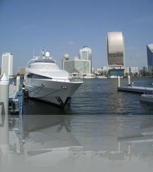 Есть ассоциации со слитком золота? Банк Дубая. Яхта слева- не моя!