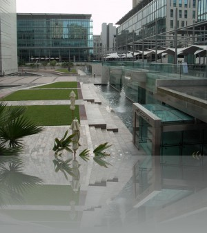Зелень, стекло, вода и чуть бетона- так там строят