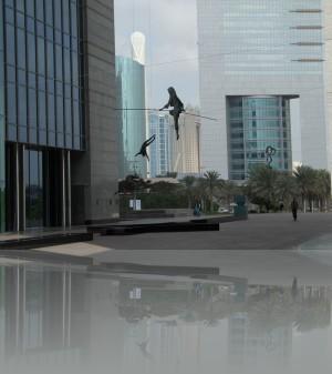 Обычно скульптура стоит, иногда её сажают, здесь- балансирует в воздухе