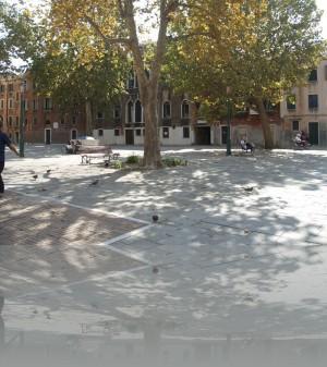 Можно найти в Венеции свободную скамеечку