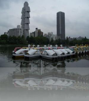 Слева Софитель и лодочки-лебеди, чем не кич?