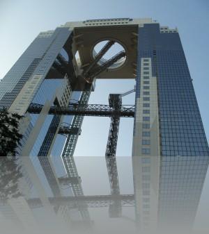 Два небоскрёба соединены такой развлекаловкой