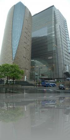 Телекомпания NHK с вестибюлем-глобусом