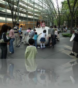 Японские дети в песочницах не играют