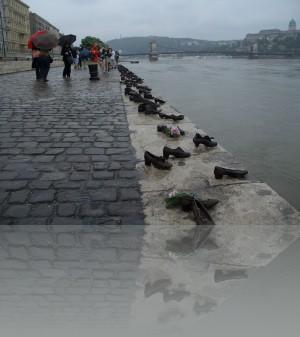 Здесь сбрасывали в Дунай. Все туфли металл. Памятник такой