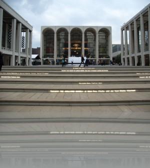 Опера Мет и подсветка ступеней
