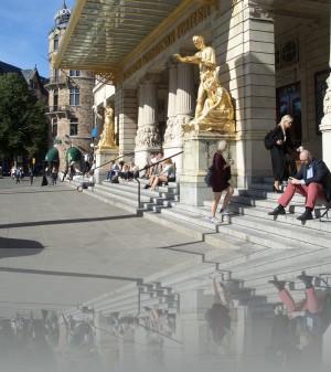 На ступенях Драматического театра
