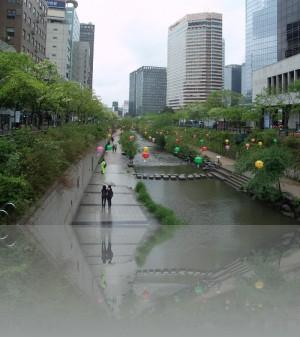 Ручей Чхонгечхон основная пешеходная дорожка....