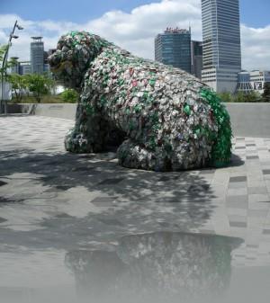 Из помятых пластиковых бутылок
