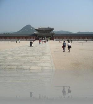 На территории Дворца Кёнбоккун